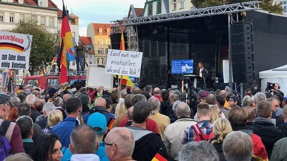 Thüringens AfD-Chef Björn Höcke spricht beim Wahlkampfabschluss seiner Partei auf dem Domplatz in Erfurt.