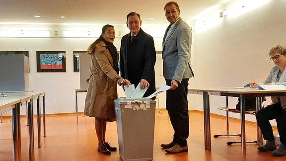 Bodo Ramelow wirft seinen Wahlzettel ein.
