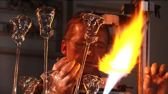 Gläserner Christbaumschmuck aus Lauscha vor der sogenannten Lampe, dem Gasbrenner