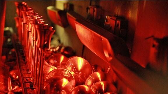 Glasglocken aus Lauscha werden im Ofen gewärmt