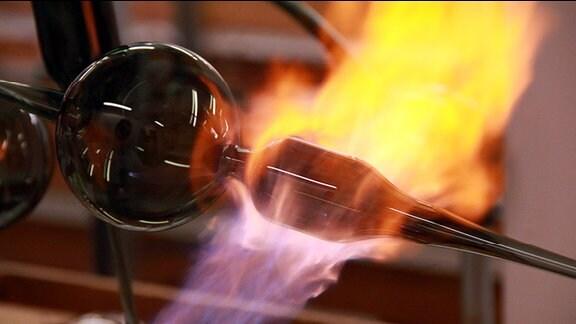 Gläserner Christbaumschmuck aus Lauscha wird vor einer Gasflamme bearbeitet