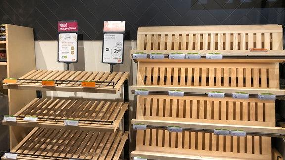 Leere Regale in einem Supermarkt