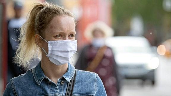Eine Frau mit einem Mund-Nase-Schutz