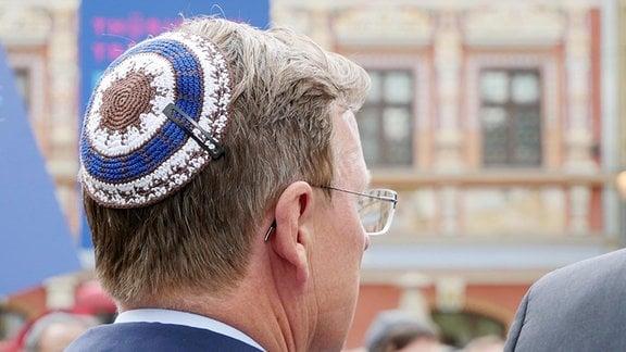 Bodo Ramelow, Ministerpräsident Thüringens, trägt eine Kippa auf dem Kopf.