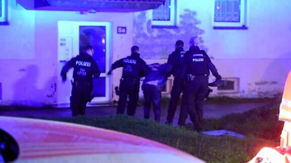 Polizei nimmt in Gehren im Ilmkreis Mann fest, der Feuerwehrleute mit einer Luftdruckwaffe bedroht hatte