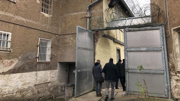 Ehemalige Jugendstrafanstalt Ichtershausen - Tor mit Stacheldraht