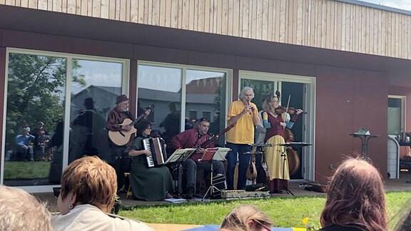 Eine Band spielt zur Eröffnung des Neubaus der Werkstatt am Kesselbrunn im Marienstift Arnstadt.