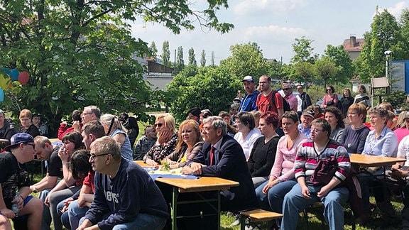 Zuschauer bei der Eröffnungsveranstaltung für einen Neubau der Werkstatt am Kesselbrunn im Marienstift Arnstadt.