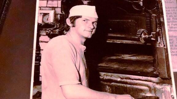 Ein altes Foto zeigt einen Bäcker vor seinem Ofen