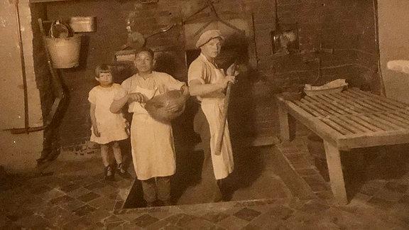 Ein altes Foto zeigt Bäcker um 1920.