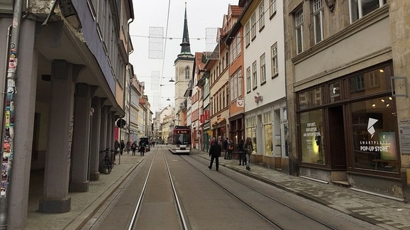 Eine Straßenbahn fährt entlang einer Straße.