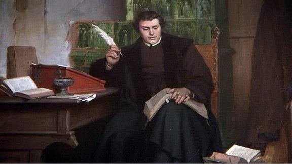 Ein Gemälde zeigt den Reformator Martin Luther an einem Tisch sitzend und ein Buch lesend.