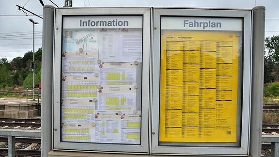 Eine Fahrplan- und eine Informationsanzeige am Neudietendorfer Bahnhof