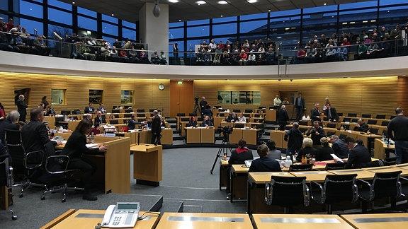 Blick inh den Plenarsaal des Thüringer Landtags während einer Petitionsausschuss-Sitzung