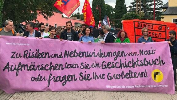 Menschen demonstrieren auf einer Straße in Mattstedt