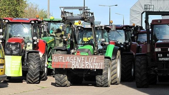 """Traktor mit Schild """"Auflagenflut kippt Bauernmut"""""""