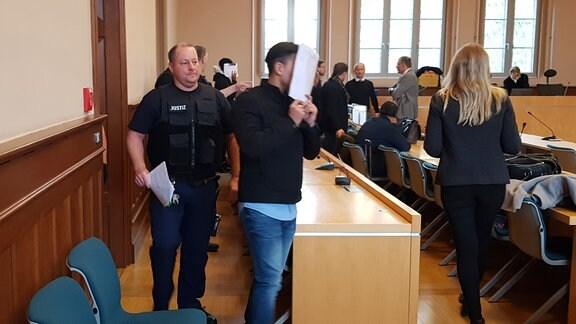 Zwei Angeklagte verdecken im Landgericht Erfurt ihr Gesicht