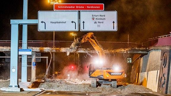 Erfurt: Start für Abrissarbeiten an Schmidtstedter Knoten: Bagger reißt Brücke ab