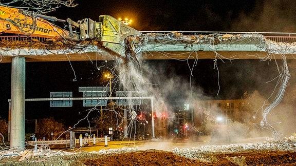 Beschreibung: Erfurt: Start für Abrissarbeiten an Schmidtstedter Knoten: Bagger reißt Brücke ab
