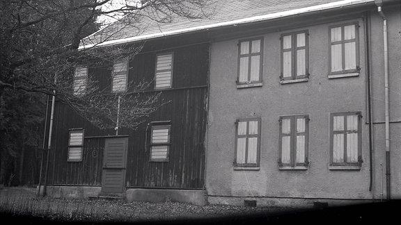 Ein Haus mit verschlossenen Fensterläden.