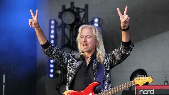 Gitarrist Bernd Römer auf der Bühne.