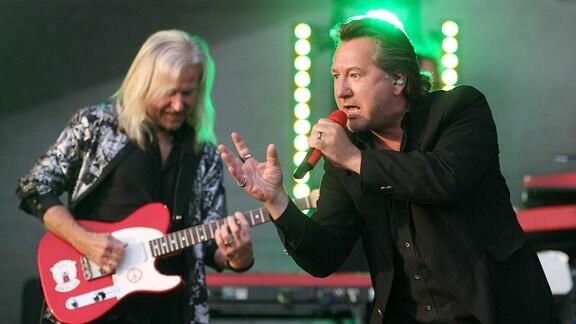 Gitarrist und Sänger auf der Bühne.