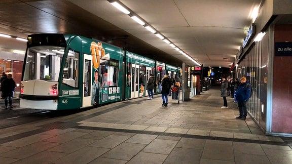 Eine Straßenbahn steht im Bahnhofstunnel in Erfurt