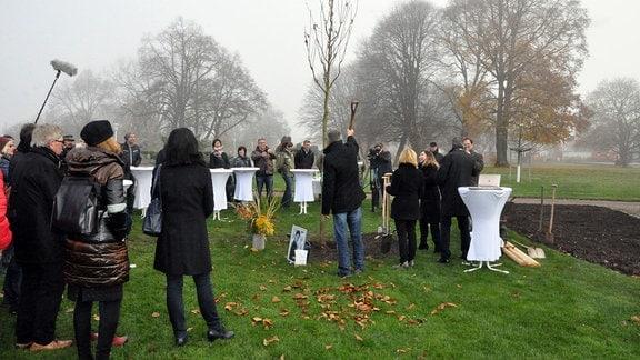 Baumpflanzung zu Ehren der verstorbenen MDR Garten-Moderatorin Claudia Look-Hirnschal im egapark in Erfurt.