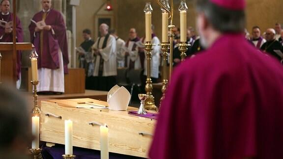 Am Freitagvormittag (10 Uhr) wird das Requiem für den am 25. April verstorbenen Altweihbischof Hans-Reinhard Koch im Erfurter Mariendom gefeiert. Anschließend findet die Beisetzung im Kreuzgang des Domes statt. Seit Dienstag, 1. Mai war der Verstorbene im geschlossenen Sarg im Hohen Chor des Erfurter Domes aufgebahrt. Das Requiem findet im Langhaus des Domes statt, vor dessen Altarinsel der Sarg des Altweihbischofs stehen wird. Der Gottesdienst wird auch aus dem Dom in die benachbarte Severi-Kirche übertragen. Während der Prozession nach dem Requiem, bei welcher der Sarg mit dem Verstorbenen zur Beisetzung in den Kreuzgang geleitet wird, wird die Gloriosa läuten