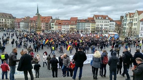 Auf einem Platz steht eine große Zahl von Menschen bei einer Kundgebung