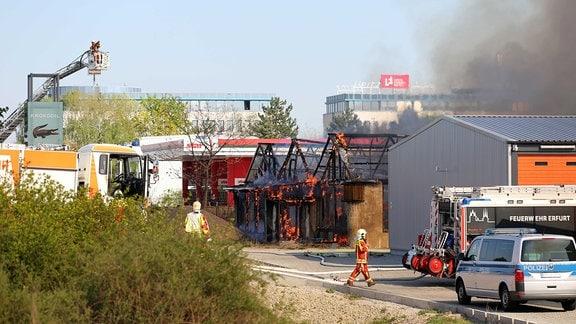 Feuerwehren bekämpfen einen Brand in der Crocoworl in Erfurt
