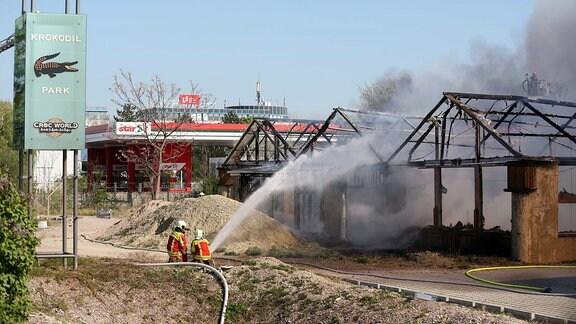 Feuerwehrleute bekämpfen einen Brand im Krokodilpark in Erfurt