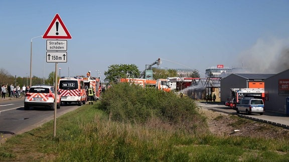 Rettungswagen und Feuerwehrautos an einem Brandort in Erfurt