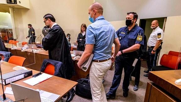 Mit Handschellen wird Mark Schmidt in einen Gerichtssaal gebracht.