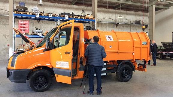 Die Erfurter Stadtwerke schicken zum Leeren ihrer Papierkörbe künftig auch ein Elektro-Müllauto auf die Straße. Das Fahrzeug ist ein Prototyp und wurde im Auftrag der Stadtwerke vom Erfurter Unternehmen Elerra umgebaut.
