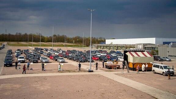 Auf einem Parkplatz der Messe Erfurt wird ein Gottesdienst im Stil eines Autokinos am Ostersonntag abgehalten.