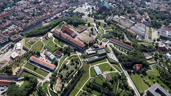 Die Zitadelle Petersberg von oben.
