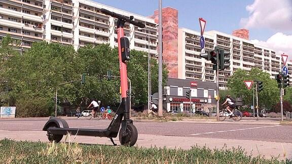 Ein E-Scooter parkt auf dem Bürgersteig in Erfurt.