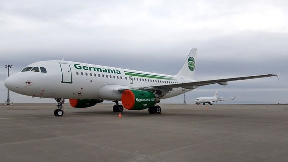 Ein Flugzeug der Fluggesellschaft Germania steht auf dem Flughafen in Erfurt