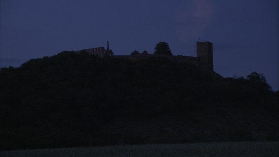 Die Burg Gleichen liegt im Dunkeln.