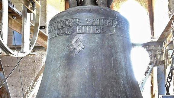 Eine Glocke mit der Inschrift ''Alles fuer s Vaterland - Adolf Hitler'' und einem Hakenkreuz.