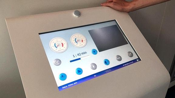 Ein Display zeigt die Temperaturanzeigen in einer Kältekammer
