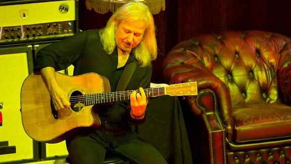 Bernd Römer spielt Gitarre