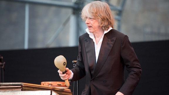 Helge Schneider auf der Bühne.