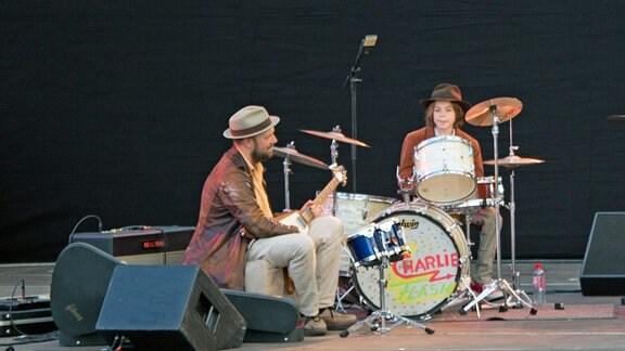 Henrik Freischlader und Helge Schneiders Sohn, Charlie, auf der Bühne.