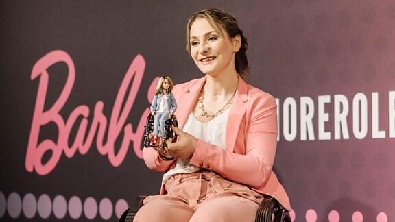 Kristina Vogel mit ihrer Barbie-Ausgabe