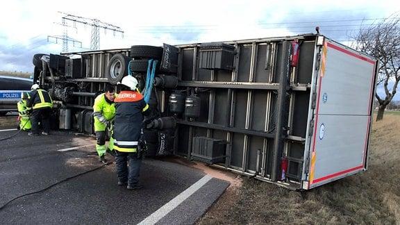 Im Orkan Friedericke ist auf der B4 bei Erfurt ein Lkw umgestürzt