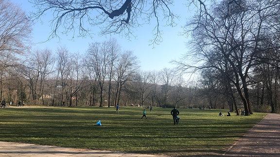 Menschen halten sich in einem Park auf.