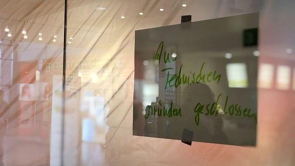 Aus technischen Gründen geschlossen-steht an der Tür eines geschlossenen Imbisses im Erfurter Einkaufszentrum Thüringen Park.