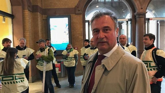 Mitarbeiter der Erfurter Bahn bei ihrem Streik im Erfurter Hauptbahnhof. Vor ihnen steht Claus Weselsky, Vorsitzender der Gewerkschaft der Lokführer